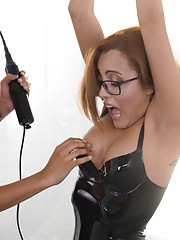 After Daisy Ducati ties up Roxanne she starts playing with her cunt