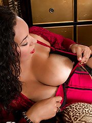 Busty housewife teases her juicy pussy until she cums