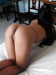 Filipina with perfect brown ass strips nude for tourists cam