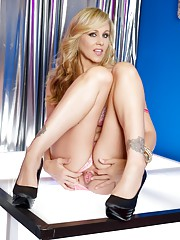 Sexy porn MILF Julia Ann loves turning it on when she performs. Dressed in her sexy