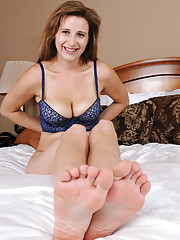 Brunette hottie Alice Chambers striops and shows off her feet