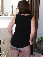 Mature housewive gets very wet