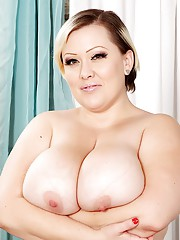 Big breasted babe Bunny shows off her curvy bady and sucks a dick