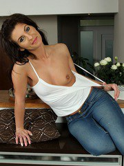 Sexy wife Kim Kelly peels off jeans to exposes great ass.