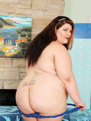 Sexy BBW gets naked and get her pussy teased with toys by her messeur