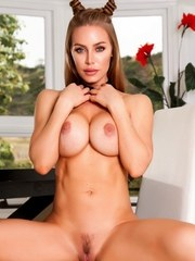 Nicole Aniston gets nude in the dining room