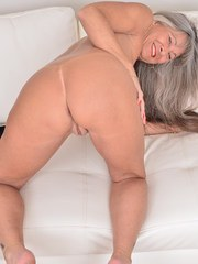 This older lady loves to play with her wet pussy