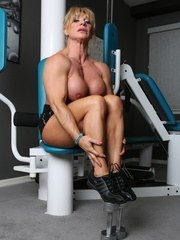 Kat Connors gets in quick workout before stripping off her workout clothes and showing