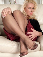 Sexy Lana in ff nylons ready to give a foot show!