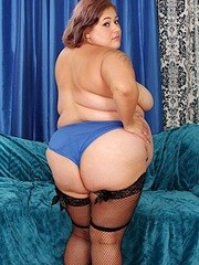 Horny BBW gets naked and show her juicy tits and meaty pussy