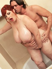 Redhead BBW Roxee Robinson seduces her man friend in the bathtub