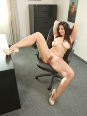 Mindi Mink is a stunning and stacked phobia specialist working with her client Ember