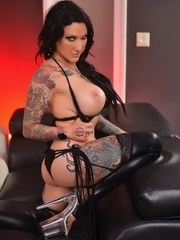 Tattooed MILF Jenevieve toys her pussy on the couch