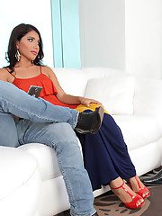 Our gorgeous Isabella Cruz is shacking up with her hubby and has an unexpected guest.