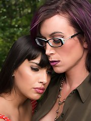 River Stark comes home to pick up her things after divorcing Mercedes Carrera. The