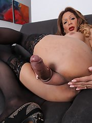 Sexy ass TS Vanessa Jhons plays with her delicious cock!